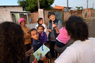 Entwicklungshelferin Sabine Stephan spricht mit Frauen auf der Straße im Armenviertel Imperial, Leme, Sao Paulo, Brasilien. (Foto: Florian Kopp/SMMP)