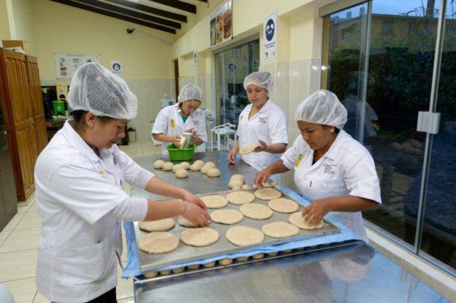 Zubereitung von Teigtaschen mit Käsefüllung.