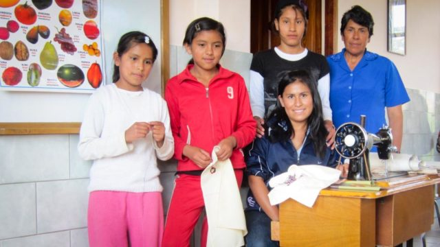 Nähen gehört zur Ausbildung der Mädchen in Vallegrande, der Umgang mit dem Computer auch. (Foto: SMMP)