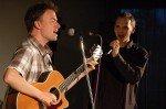 Die beiden Musiker Markus Segschneider (Gitarre) und Alexandre Zindel überzeugen mit individuellen Interpretationen zu Songs von Al Jarreau, den Beatles oder Robbie Williams.