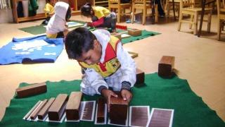 """""""Hilf mir, es selbst zu tun."""" In der Casa de Niños lernen Kinder mit der Montessori-Methode. (Foto: SMMP/Casa de Ninos, Cochabamba)"""