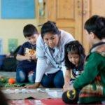 """Lehrerin Marlen unterstützt Schüler der """"Grüne Klasse (3-6-jährige), Montessori-Kindergarten und -Grundschule """"Kinderhaus Santa Maria Magdalena Postel"""", Cochabamba, Departamento Cochabamba, Bolivien; Foto: Florian Kopp/SMMP"""