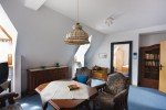 Wohnraum eines Ein-Bett-Apartments im 2. OG des Bergklosters Heiligenstadt mit Blick auf den Schlafraum