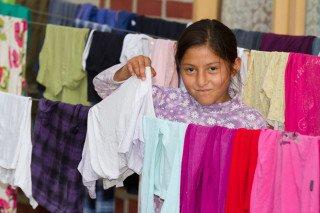 Die Wäsche waschen die Kinder mit Unterstützung der Tias selber. Foto. SMMP/Bock