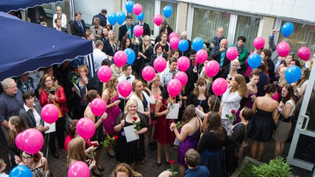 Zum Schulabschluss lassen die Absolventinnen und Absolventen der Fachoberschule am Berufskolleg Bergkloster Bestwig Luftballons in den Himmel steigen. Foto: SMMP/Bock