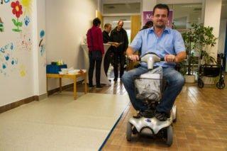 """Frank Wiechstein vom Sanitätshaus Wittlich führt den Minoscooter für Senioren vor: """"Der verschafft älteren Menschen wieder einen viel größeren Bewegungsradius."""" Foto: SMMP/Bock"""