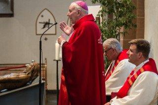 """Weihbischof Hans-Reinhard Koch betont in seiner Predigt: """"In allen Gesichtern begegnen wir dem Antlitz des Herrn."""" Foto: SMMP/Bock"""