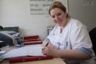 Die Pflege ist das eine - die Dokumentation das andere. Beides ist für Christine Krupa auch in der Ausbildung wichtig. Foto: SMMP/Bock