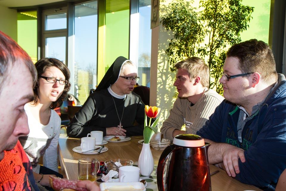 Schwester Margareta redet schon beim Frühstück mit den Jugendlichen und erfährt, was sie beschäftigt. Foto: SMMP/Bock