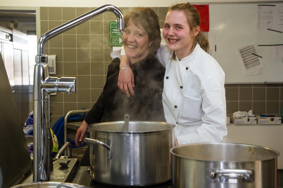 Es geht aufs Mittagessen zu: Auch in der Küche arbeiten Jugendliche und Maßnahmenteilnehmer mit. Foto: SMMP/Bock