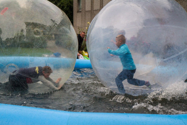 Auch draußen war eine Menge los. Diese Wasserbälle zogen zum Beispiel die Kinder an. Gar nicht so einfach, darin das Gleichgewicht zu halten. Foto: SMMP/Bock