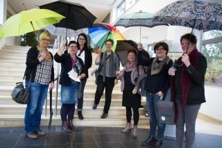 Regenschirme, Hüte, Handtücher - jede Reisegruppe war mit einem anderen Utensil unterwegs. (Foto: SMMP/Bock)