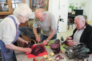 In einer Senioren-WG - wie hier in Oelde - gestalten die Mieterinnen und Mieter den Alltag mit - auch beim Kochen. Foto: SMMP/Nordhorn
