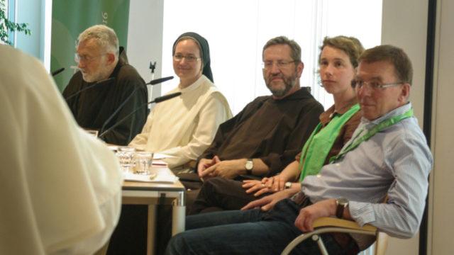 """Gespannt warten die Podiumsteilnehmerinnen und -teilnehmer zum Thema """"Muss Glaube fromm sein?"""" auf die Fragen des Publikums. Foto: SMMP/Bock"""