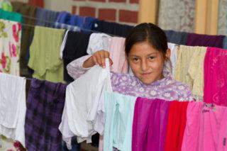 In familienähnlichen Strukturen lernen die Kinder in dem Kinderdorf alles für das spätere Leben: auch das Kochen und das Waschen. Foto: SMMP/Bock