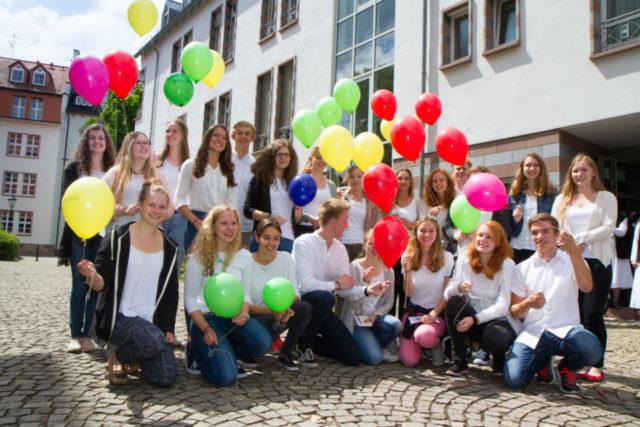 Nach dem Gottesdienst sammeln sich die neuen MaZ mit den Ballons vor dem Kloster zum Gruppenbild. Foto: SMMP/Bock