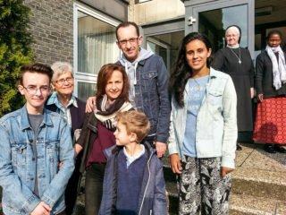 Marcia (rechts) wohnt ab jetzt bei Familie Miranda in Bestwig. (Foto: SMMP/Müller)