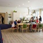 Herzlich willkommen! Annette Longinus-Nordhorn begrüßt die Gäste zum Tag der offenen Tür in der neuen Senioren-WG St. Vitus.