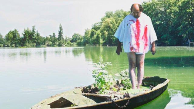 Der Künstler Ludger Hinse in einem seiner Bluthemden. foto: jpm.de