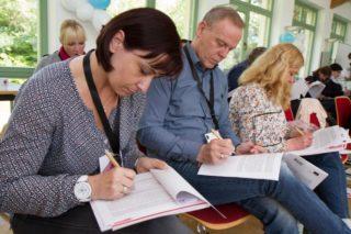 Über einen Teilnehmerbogen melden sich die Mitarbeiterinnen und Mitarbeiter zu dem Projekt an. Foto: SMMP/Bock