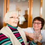 Eine Mieterin lächelt mit Agnes Wüller in der Senioren-WG am Vogelpark in Heiden. (Foto: Beer/SMMP)