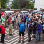Bei Glockengeläut trifft die Pilgergruppe an der Abtei Königsmünster ein. Foto: SMMP/Bock