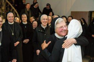 Zahlreiche Mitschwestern gratulieren der Novizin nach der Einkleidung. Foto: SMMP/Bock