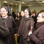 Von Mitschwestern, Freunden und Verwandten nimmt Schwester Hanna nach dem Gottesdienst unzählige Glückünsche entgegen. Foto: SMMP/Ulrich Bock