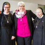 Schwester Hanna mit ihren Mitschwestern aus Lispenhausen. Schwester Mirjam Grüßner (l.) und Schwester Verena Kiwitz. Foto: SMMP/Ulrich Bock