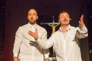 T. und Michi fragen sich, warum es soviel Hass gab. Das Kreuz im Hintergrund ist allgegenwärtig. Foto: SMMP/Bock