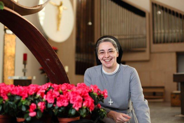 Schwester Laetitia Müller gehört zu den Schwestern, die die Besucher im Bergkloster Bestwig empfangen. Foto: SMMP/Andreas Beer