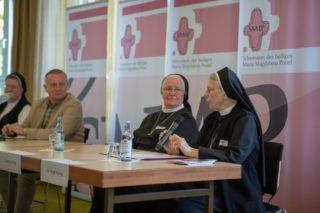 Schwester Birgit Roring erzälte bei der Podiumsdiskussion von den Anfängen des Bergklosters.