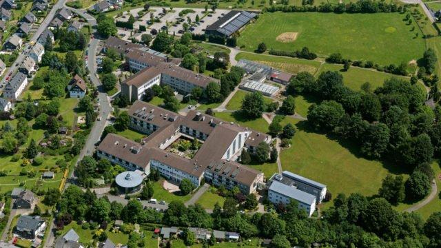 Das Bestwig Bergkloster mit Berufskolleg, Haus der Begegnung und Haus Birkenwinkel. (Foto: Hans Blossey)