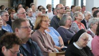 Aufmerksam folgen die über 200 Besucher am Karfreitag-Abend den Ausführungen von Christoph Rickels. Foto: SMMP/Ulrich Bock