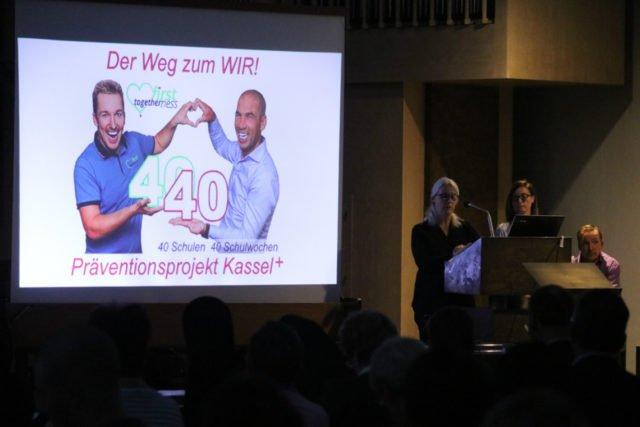 Patricia Hoppe und Regina Goldmann zitieren zum Abschluss des Abends das Lied von Christoph Rickels, das er eine Woche vor seinem persönlichen Karfreitag geschrieben hat. Foto: SMMP/Ulrich Bock