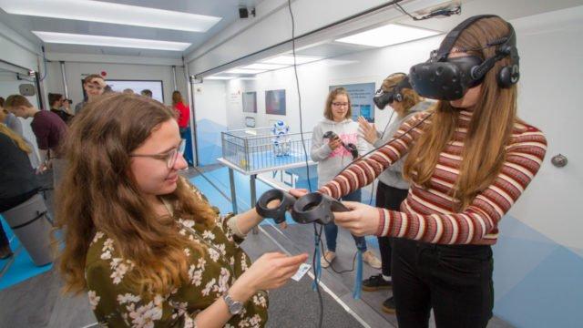 Der Blick durch die Virtual Reality-Brille versetze viele Schülerunnen und Schüler ins Staunen. Eine Woche lang stand der TochTomorrow-Truck der Dr. Hans Riegel-Stiftung vor dem Walburgisgymnasium und der Walburgisrealschule in Menden. Foto: SMMP/Ulrich Bock