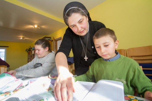 Hausaufgabenbetreuung im Haus der Zukunft in Schineni/Rumänien. Sr. Carmen Tereza freut sich, dass es dem kleinen Jedi hier so gut geht. Foto: SMMP/Ulrich Bock