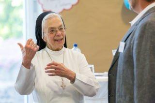 Schwester Maria Martha Hortschräer hebt in ihrer Begrüßung hervor, dass die Altenpflege ein sehr erfüllender Beruf sei. Foto: Sascha Kreklau