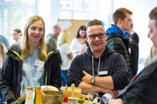 Die Auszubildenden Lena Rottmann und Florian Helling freuten sich, mit so vielen Experten persönlich ins Gespräch zu kommen. Foto: Sascha Kreklau