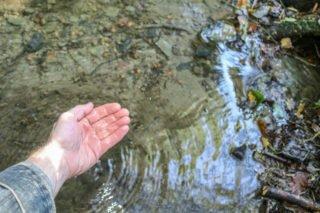Neu ist der Impuls am Bachlauf östlich der Hünenburg. Die Quelle ist Symbol für die Schöpfung und das Leben. Foto: SMMP/Ulrich Bock