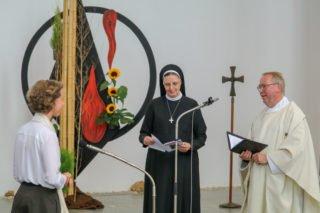 Als Zeichen der Profess steckt Schwester Maria Thoma Dikow Schwester Ruth den Ring an die rechte Hand. Foto: SMMP/Ulrich Bock