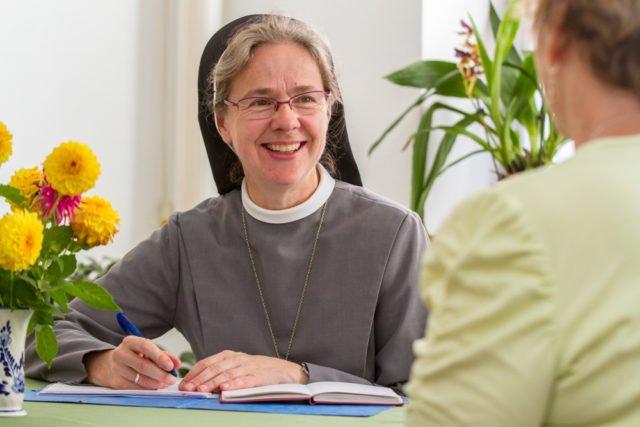 Sr. Maria Elisabeth Goldmann hilft in der Caritas-Beratungsstelle Menschen in Lebenskrisen. Foto: SMMP/Bock