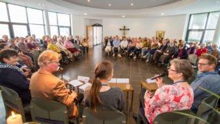 Sehr persönliche Einblicke geben die Podiumsteilnehmerinnen und -teilnehmer, die schon in Projekten und Einichtungen der Schwestern im Ausland gearbeitet haben. Foto: SMMP/Ulrich Bock
