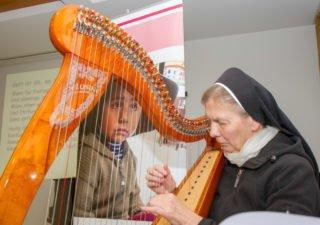 Schwester Theresita Maria Müller leitete mit Harfenmusik vom Vortrag zur Podiumsdiskussion über.  Foto: SMMP/Ulrich Bock