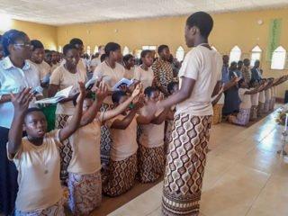 Der Tanz zum Bußakt zu beginn des Gottesdientes. Foto: Sr. Theresia Lehmeier/SMMP