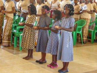 Die Ringe werden von vier Mädchen zum Altar gebracht und vom Bischof gesegnet. Am Stoff des Kleides kann man erkennen, zu welcher Familie die Kinder gehören. Foto: Sr. Theresia Lehmeier/SMMP