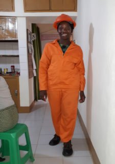 Sr. Terezinha im orangefarbenen Overall: Sie absolviert zurzeit einen dreimonatigen Elektrikerkurs in Nampula. Foto: Sr. Theresia Lehmeier/SMMP