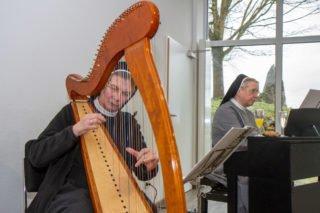 Schwester Theresia Maria Müller und Schwester Maria Gregoria Kupper gestaklten den musikalischen Rahmen. Foto: SMMP/Ulrich Bock