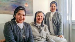 Die beiden bolivianischen Ordensschwestern Betty Castillo Barja (l.) und Lizeth Villaroel Cartagena (r.) tauschen sich mit Schwester Theresita Maria Müller über ihre Erfahrungen in Deutschland aus. Foto: SMMP/Ulrich Bock