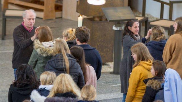 Schulseelsorger Dr. Christoph Recker und Lehrerin Miriam Pack geben beim Schulgottesdienst des Berufskollegs Bergkloster Bestwig das Aschekreuz aus. Foto: SMMP/Ulrich Bock